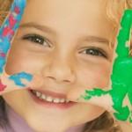 Ilustracija: djete s bojicama na rukama